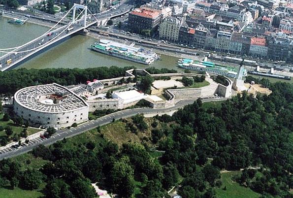 Turisták kedvenc kilátóhelye, a Citadella, ahonnan páratlan panoráma nyílik a Duna által kettészelt belvárosra.