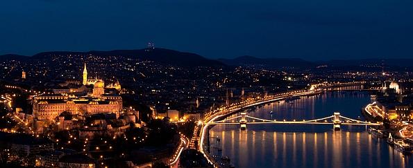 A 235 méter magas Gellért-hegy oldalából jól látni a Budai Vár tekintélyes épületét.