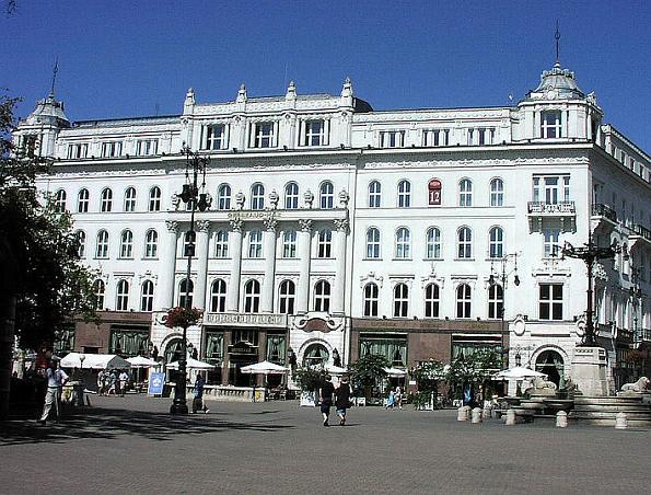Gerbeaud ház, cukrászda, a Vörösmarty téren.