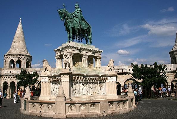A Halászbástya Szent István lovasszobrával Schulek Frigyes eredeti, terve szerint itt egy grandiózus szoborcsoport állt volna a honfoglalás és az államalapítás emlékére.