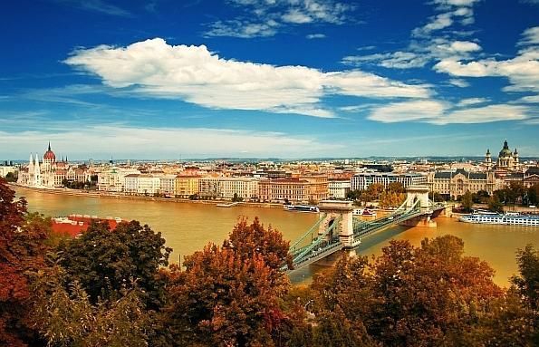 A világhírű látkép: a Duna egyik kecses pántjával, a Lánchíddal, a háttérben a Parlamenttel.